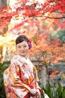 東京の紅葉のきれいな日本庭園で、秋に和装の前撮りを撮る赤い色打掛を着た新婦