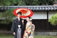 横浜鎌倉三渓園 日本庭園でしっくい壁と和傘を使っての和装前撮り