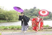 横浜鎌倉三渓園 日本庭園で和傘を使って色打掛と紋付袴を着て楽しい和装前撮り