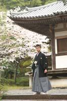 横浜鎌倉三渓園 日本庭園で紋付袴を着て和の建物の前で和装前撮り