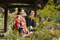 横浜三渓園 日本庭園の東屋で木々に囲まれての和装前撮り