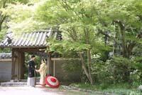 横浜三渓園の立派な門の前で和傘を使っての和装ロケーション