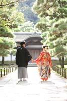 横浜鎌倉三渓園 日本庭園の立派な和風建築の前で色打掛と黒紋服で手を繋いだロケーション和装前撮り