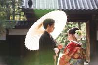 横浜鎌倉三渓園 重厚な和風建築の前で和傘を使ってロケーション和装前撮り撮影