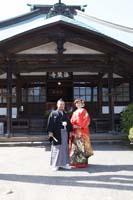 横浜鎌倉三渓園の日本庭園で赤い色打掛と黒紋服で重厚な和風建築を前にしての和装前撮り