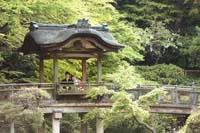 横浜鎌倉三渓園 光きらめく広大な日本庭園の東屋で寄り添い合って和装前撮り