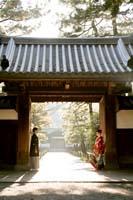 横浜鎌倉三渓園 広大な日本庭園の門で色打掛を着て和装前撮り