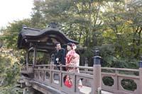 横浜鎌倉三渓園 自然光美しい日本庭園の橋の上で色打掛を着てフォトウェディング和装前撮り