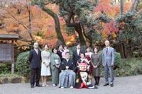 イチョウシーズンの古河庭園で家族との集合写真撮影