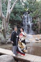 旧古河邸の日本庭園で滝をバックに黒引き振袖でのフォトウェディング