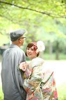 前田侯爵邸の光降り注ぐ庭で明るい庭で色打掛を着ての和洋装フォトウェディング