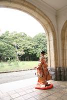 旧前田侯爵邸洋館のグリーンに満ちたエントランスで開放感のある和洋装ウェディングフォト