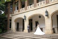旧前田侯爵邸の開放感のあるテラスで外国に来たかのような和洋装ウェディングフォト