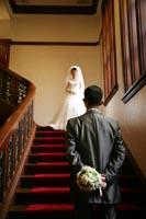 旧前田侯爵邸の豪華な赤絨毯の大階段で思い出に残るフォトウェディング