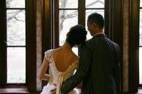 旧前田侯爵邸の窓辺で寄り添い合う新郎新婦のフォトウェディング