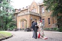 旧前田侯爵邸の広大な表玄関で色打掛を着て和モダンなフォトウェディング