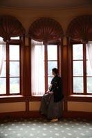 旧前田侯爵邸の窓辺でシックな和装フォトウェディング