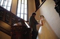 旧前田侯爵邸の豪華な赤絨毯の階段で和洋装ウェディングフォト