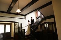 横浜山手西洋館でレトロクラシックな階段でフォトウェディング