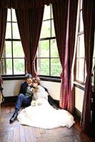 横浜山手西洋館の明るい窓辺でレトロクラシックな洋装フォトウェディング