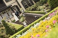 横浜山手西洋館の花に満ちた庭園で海外のような洋装フォトウェディング