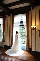 横浜山手西洋館のクラシカルな室内で窓辺の光をあびながらの洋装フォトウェディング