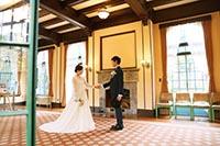横浜山手西洋館のクラシカルな室内での洋装フォトウェディング