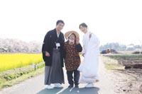 白無垢と紋付袴の新郎新婦が地元の人にも祝福されて屋外で和装前撮りフォトウェディング