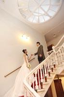 美しい邸宅の白い手すりの階段でフォトウェディング