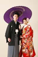 港区の自社スタジオで色打掛と紋付袴で和傘をさしてフォトウェディングを撮る新郎新婦