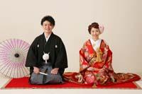 港区の自社スタジオで色打掛と紋付袴で毛氈と和傘を使ってフォトウェディングを撮る新郎新婦