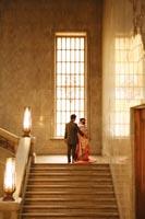 東京国立博物館本館エントランス大階段のステンドグラスでタキシードと色打掛を着てのフォトウェディング