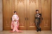 東京国立博物館本館エントランス便殿の扉の前でタキシードと色打掛を着てのフォトウェディング