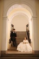 東京国立博物館表慶館の階段でフォトウェディングをする新郎新婦