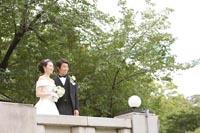 東京国立博物館本館でフォトウェディング バルコニーにたたずむ新郎新婦