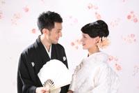 東京の撮影スタジオで白無垢と紋付袴で和装のフォトウェディングをする新郎新婦