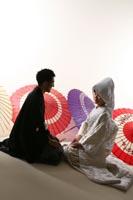 東京の撮影スタジオで白無垢と綿帽子をつけた新婦と紋付袴の新郎の和装のフォトウェディング