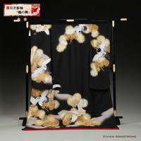 黒地に金の刺繍とつがいの向かい鶴が描かれた、シンプルな中にも気品の漂う黒引き振袖