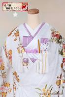 桜や四季の花を金箔で贅沢に飾り入れた、白地に淡紫のグラデーションのはいった華やかな色打掛に、藤色の筥迫、懐剣などの小物を取り合わせて