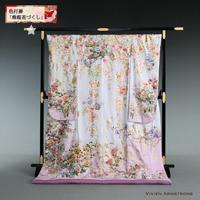 桜や四季の花を金箔で贅沢に飾り入れた、白地に淡紫のグラデーションのはいった華やかな色打掛