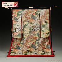 袖飾りと八重重ねで高貴な十二単風に仕立てられた孔雀や鶴に花を敷き詰めた豪華な緑の色打掛