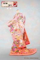 松竹梅や牡丹、鶴、瑞雲などの吉祥柄を随所に敷き詰めながらも繊細な美しさを備えた贅沢な薄桃の色打掛