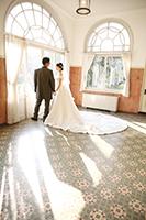 ステンドグラスのある都内の洋館で前撮りフォトウェディングをする新郎新婦