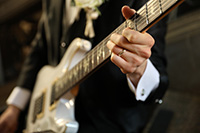 お好きなギターと一緒に洋装撮影をする新郎様