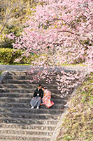 河津桜の木の下で寄り添う新郎新婦様