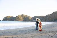 海を眺める新郎新婦様の和装撮影