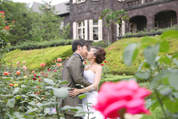 バラが咲き誇る旧古河庭園で洋装フォトウェディング