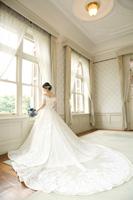 長いトレーンが特徴ドレスは旧古河邸の邸宅撮影にも映える一着