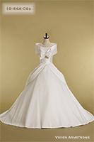 胸元のリボンが可愛いオフホワイトのウェディングドレス