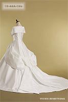 バックスタイルは大きなリボンがポイントのクラシカルなウェディングドレス